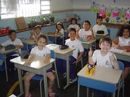 A group of kids in an elementary school class room